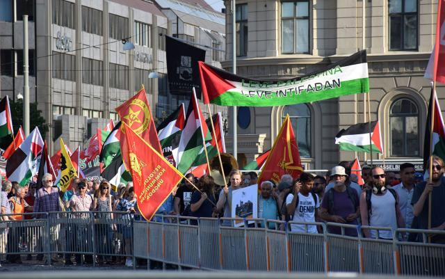 Demonstrationen på väg ner mot operan