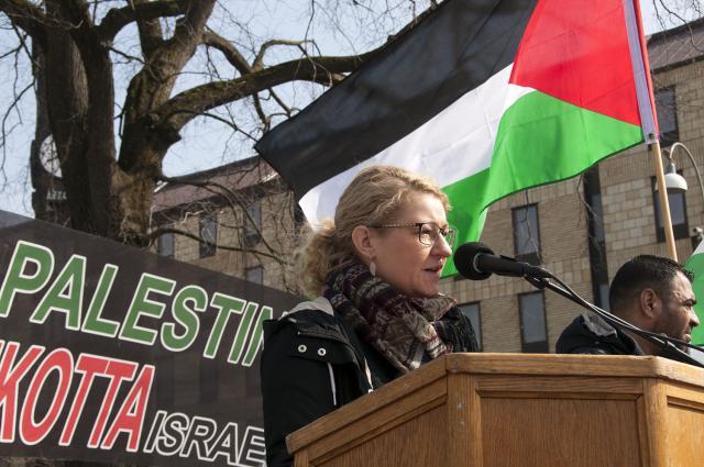 Ingrid Frejd, Kommunistiska Partiet, talar på manifestationen
