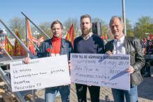 Robert Lindelöf från Hamn4an mottar insamlingscheck från Proletären FF och Kommunistiska Partiet